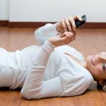 Mobile Apps, Frau mit Smartphone