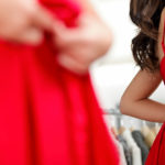 Canonical-Tag, Rotes Kleid vor dem Spiegel