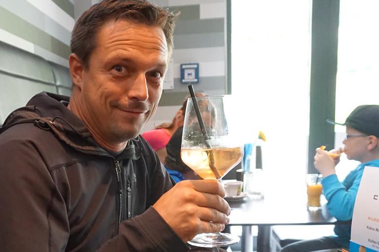 Firmenausflug Oberwiesenthal - Monsterroller, Ronny mit Begrüßungsdrink