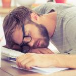 Tipps für TYPO3-Redakteure, gestresster Mitarbeiter am Schreibtisch