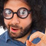 Optimierung mit Search Console, Mann mit dicken Brillengläsern