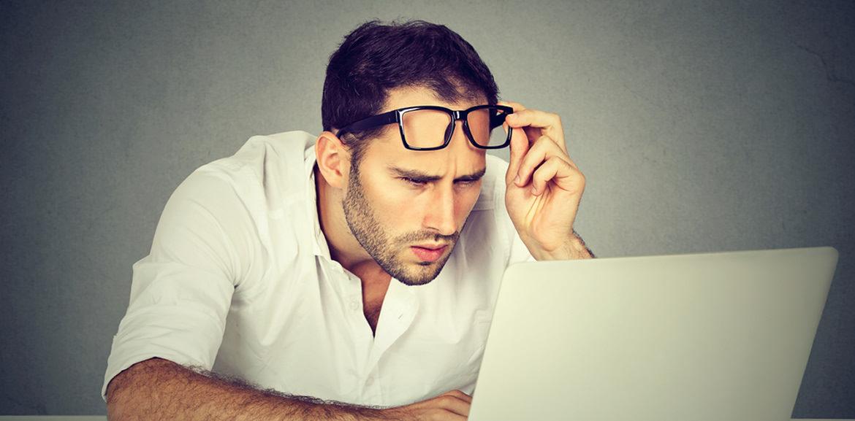 Barrierefreie Webseiten, Mann mit Brille vor Laptop