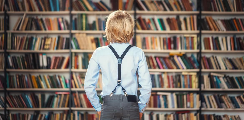Kind vor Bücherregal, Navigation und Struktur einer Webseite