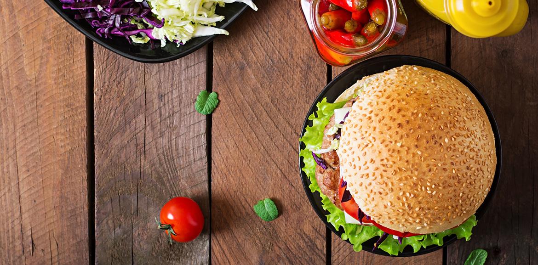 Hamburger Menü mit Salat