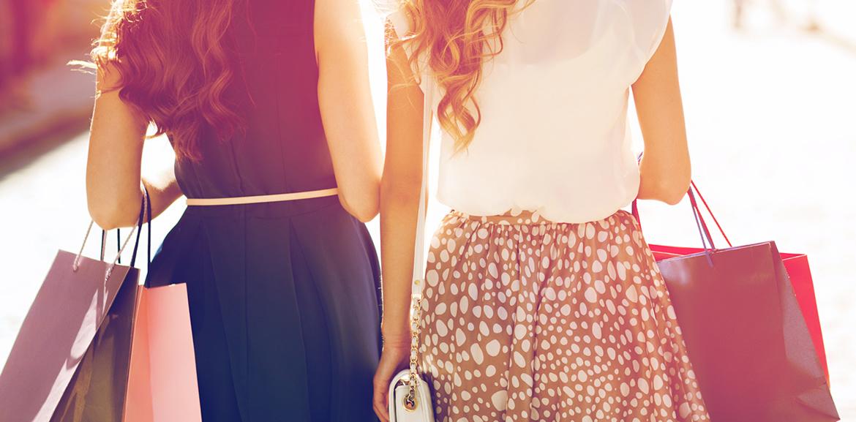 Shopware - Einkaufswelten, Frauen beim Einkaufen / Shoppen