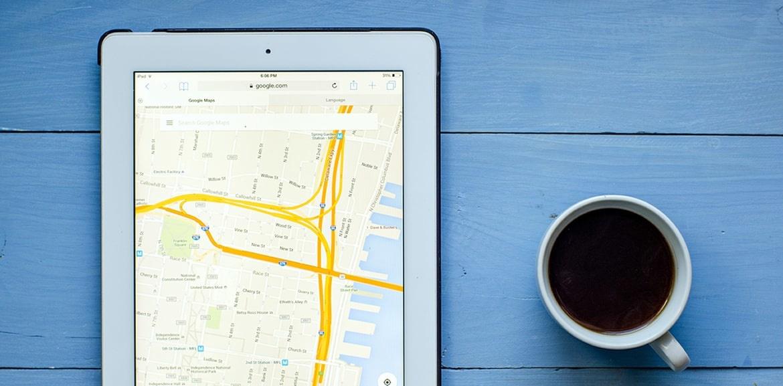 API-Key für Google Maps, Tablet mit Kaffee