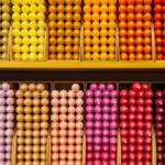 SEO strukturierte Inhalte, Regal mit farbsortierten Kerzen