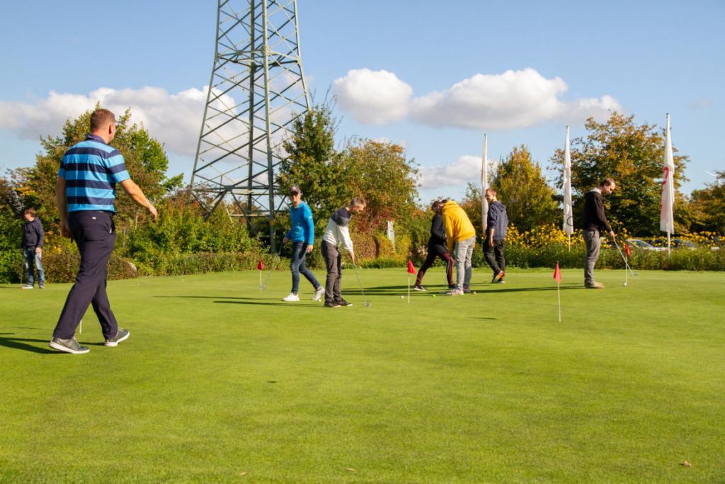 Einlochen des Golfballs