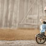 TYPO3-v11, Kind auf Dreirad mit Raketenantrieb